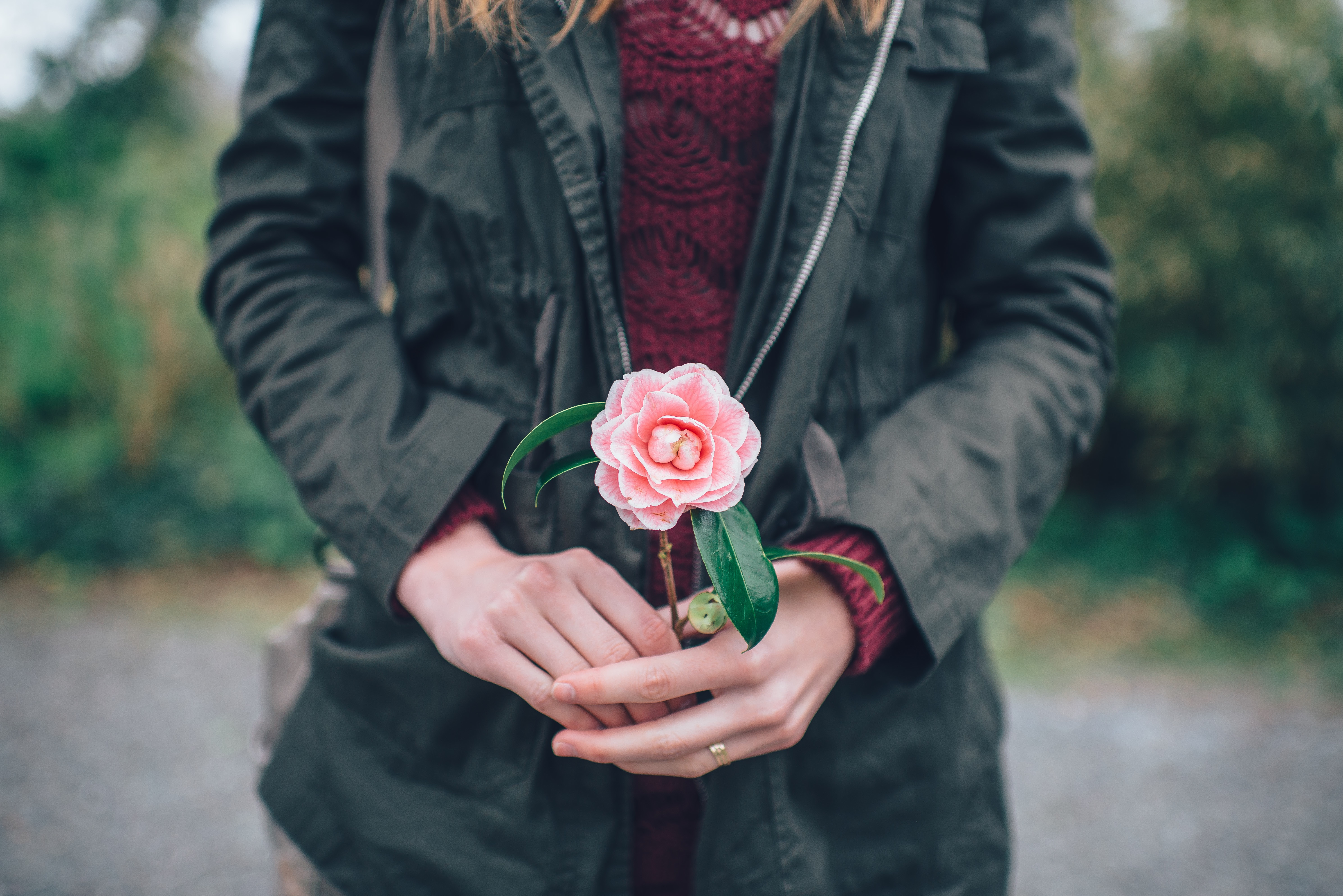 Люди с розами